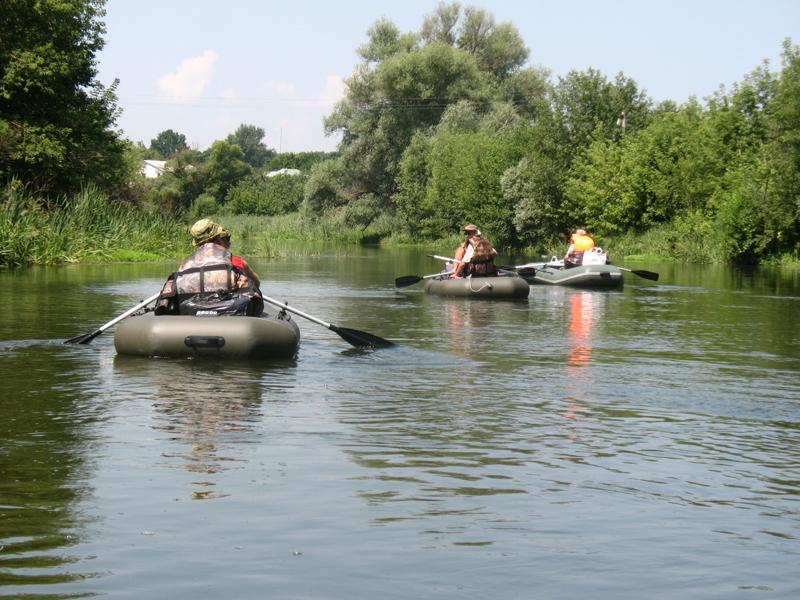 спав по реке на лодках